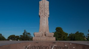 Big things in Australia: The Australian Farmer in Wudinna by sculptor Marijan Bekic and his son David